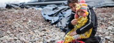 Una mare i el seu fill busquen un futur millor a Europa.