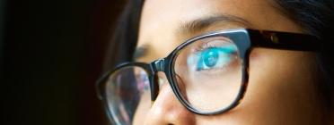 Una noia jove estrena les seves noves ulleres. Font: Good Free Photos