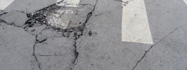 Una carretera en mal estat impedeix una bona accessibilitat per a tothom. Font: Wikimedia Commons