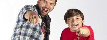 """Un jove i un infant que """"treballen en tàndem"""" en el marc del programa estrella d'AFEV"""