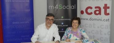 Signatura del conveni per part del president del patronat de la Fundació puntCAT i la presidenta de la Taula