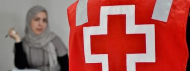 Treballadora de Creu Roja atenent a una persona immigrant. Font: Creu Roja Sabadell