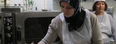Dona cuinant