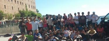 Grup de joves participant a la caminada del Casal dels Infants.