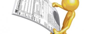 Figura persona llegint un imprés d'impostos