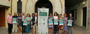 """Grup de persones publicitant el concert d'havaneres en clau femenina """"Dones a la Mar"""" a benefici de la Fundació SER.GI"""