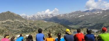 Infants participant en una excursió a la muntanya.