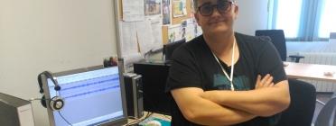 L'Eva davant d'un dels ordinadors que fan servir per emetre amb la ràdio