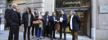 Integrants d'Aprodeme davant la Fiscalia de Catalunya on van presentar la denúncia
