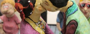 Dos gegants fent-se un petó a l'exposició 'Gegants, humor, fantasia i realitat'