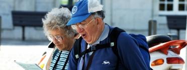 Gent gran fent turisme.