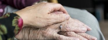 La mà d'una persona jove agafant la d'una persona gran