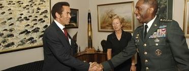 A l'esquerra de l'imatge, Ian Khama, president de Botswana. Font: Wikimedia