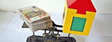 Diners i casa de joguina sobre una balança. Font: images_of_money (flickr.com)