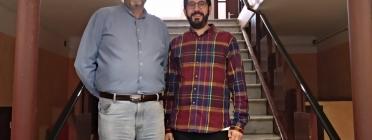 El comptable de l'entitat Joan Rovira (esquerra) i el president Eloi Puigdeollers, ens reben a l'entrada del Casal. Font: Oriol Jordan