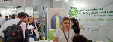 Membres de la UPRC en l'estand a Spannabis 2019, atenent a visitants Font: Josep V. Marín