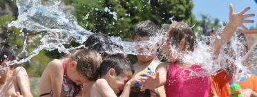 Infants jugant amb aigua. Font: web Fundesplai