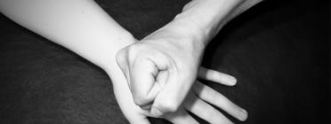 Imatge mà colpejant amb violència una altra. Font: social.cat