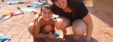 Marta Iglesias de la Fundació La Vinya amb un infant Font: Fundació La Vinya