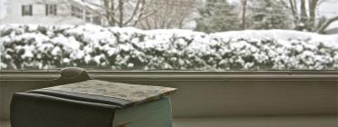 Llibre en una finestra amb uns exteriors nevats