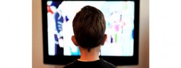 Un nen mirant la televisió