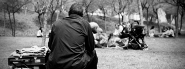 Persona asseguda al carrer
