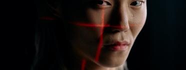 La intel·ligència artificial s'utilitza en controls fronterers per discriminar persones migrants. Font: Cottonbro (Pexels)