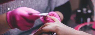 A través d'aquestes plataformes pots sol·licitar serveis a domicili com la manicura. Font: freestocks.org (Pexels)