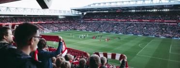 Seguidors animant un partit de futbol Font: Pexels