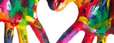 Mans en primer pla pintades amb diversos colors