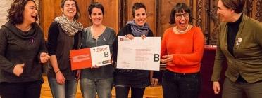 Un grup de dones mostrant el premi rebut en una edició anterior