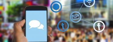 Imatge que reflecteix la comunicació a través del telèfon mòbil i les xarxes socials