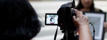 Noia fent foto càmera reflex