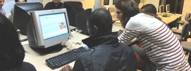 Donant suport amb l'ús de l'ordinador a la Fundació Servei Solidari