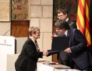 Fina Rubio, presidenta de la Fundació, rebent el premi de la mà del president de la Generalitat, Carles Puigdemont. Font: Fundació Surt
