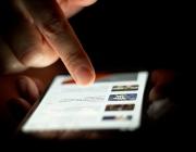 Un usuari fent servir un telèfon mòbil intel·ligent. Foto: Japanexperterna.se
