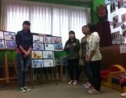 Noies explicant un conte en el marc del projecte Arrelarreu / Foto: Omnium Cultural Gironès