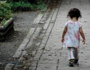 Nena caminant. Font: © Flickr.com/Lance Shields/cc