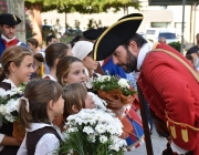 Un miquelet amb nenes del poble.