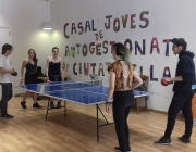 Joves jugant al ping pong al Casal.