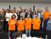 Les persones amb samarreta taronja són les primeres voluntàries del projecte #JoTbPuc. Van fer de voluntaris/àries al Sopar de Nadal de l'entitat.