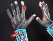 SignAloud, uns guants que permeten parlar a les persones mudes