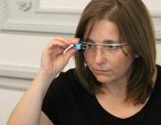 Dona experimentant amb la tecnologia
