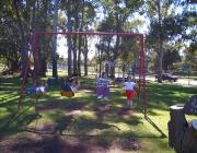 Infants gronxant-se en un parc. Font: maggellan (flickr.com)