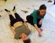 Raquel Moron participant en una activitat artística