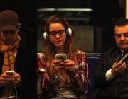 L'exposició mostra l'impacte del mòbil a la vida de tres persones