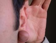 Escoltar - Mà al costat d'una orella