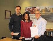 Albert Quiles, Esperanza Molins i Joaquim M. Molins Gil amb l'acord signat