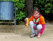 Una nena de l'agrupament recull una pell de plàtan. Foto: Tot Mataró