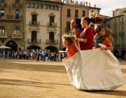Nenes jugant a la plaça. Foto: Agrupament Escolta i Guia Tsunami de Vic.
